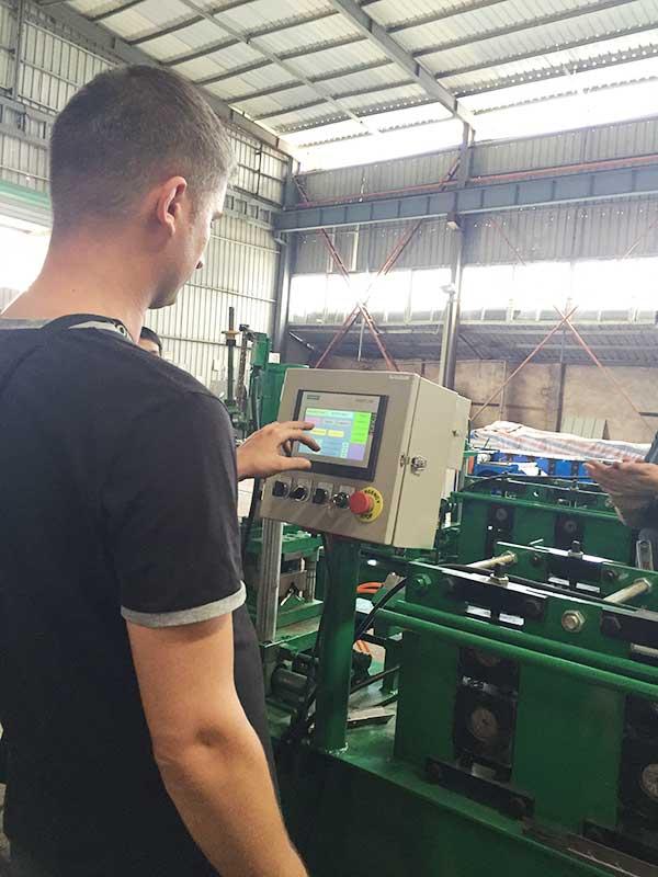Испытание машины для формовки стеллажной полки