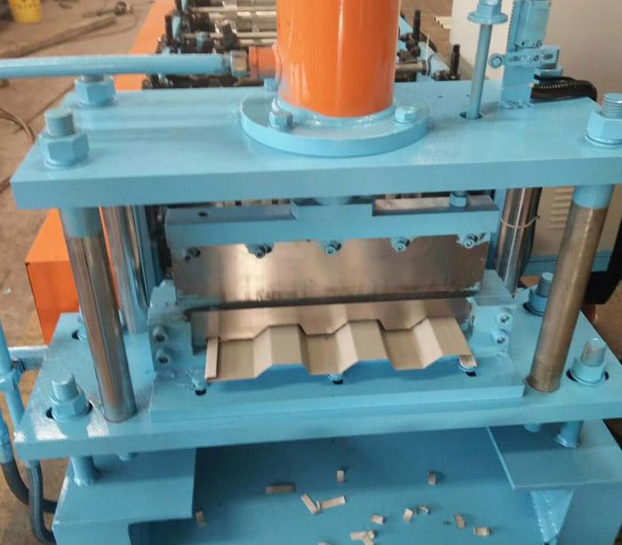 Машина для производства рулонных листов с пряжкой